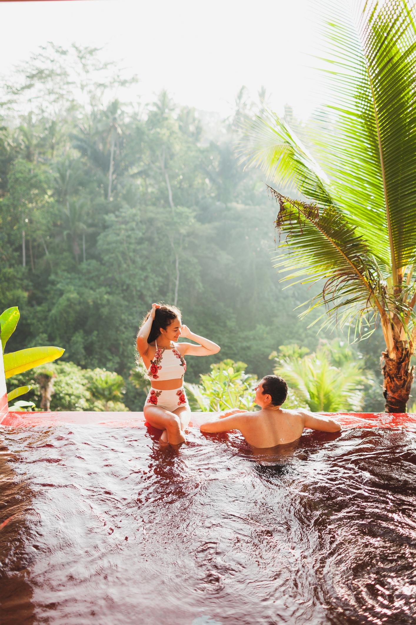 Un couple dans une piscine naturelle