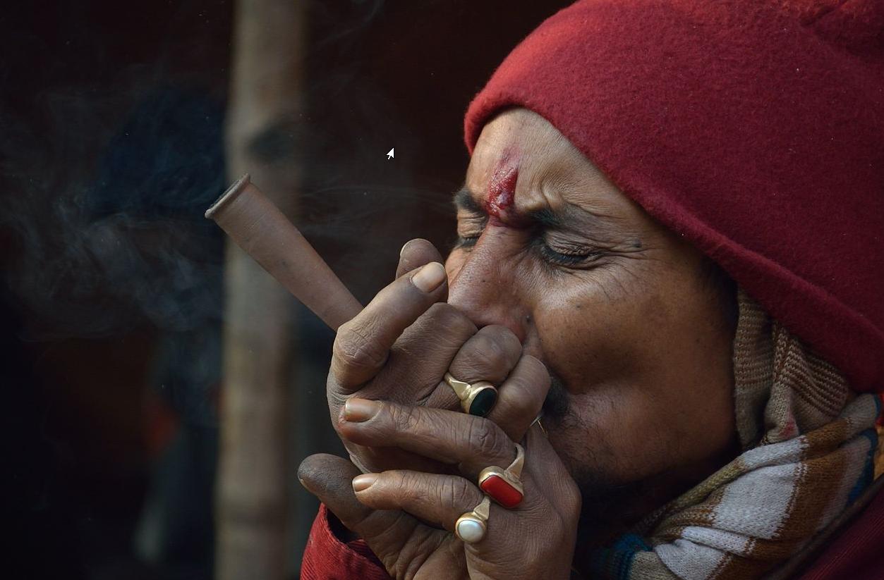homme indien fumant du cannabis